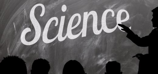 """Capa do post com a sombra de 5 alunos olhando para o quadro negro em que a sombra de um professor mostra a palavra """"Science""""."""