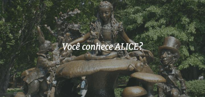 """Capa com uma escultura de Alice no país das maravilhas ao fundo e o título """"Você conhece ALICE?"""" à frente."""