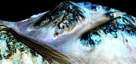 Faixas escuras que indicam presença de água líquida na cratera Hale.