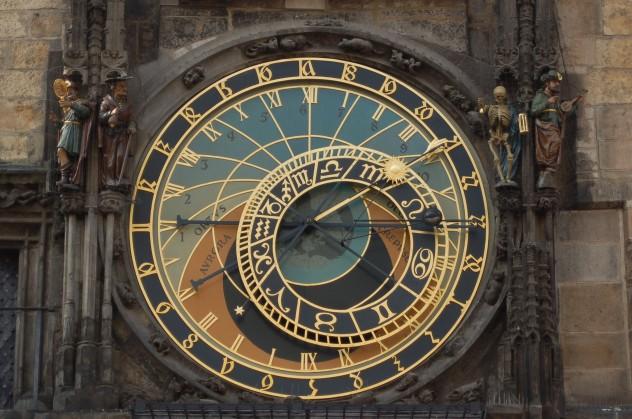Relógio Astronômico de Praga marcando quatro horas da tarde.